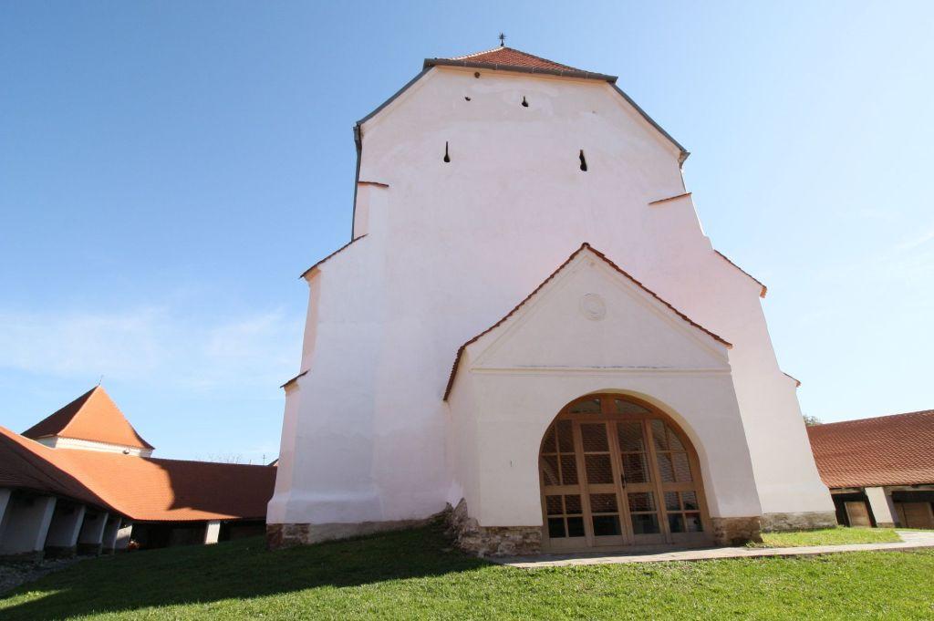 Westfassade der Wehrkirche von Dersch / Darjiu