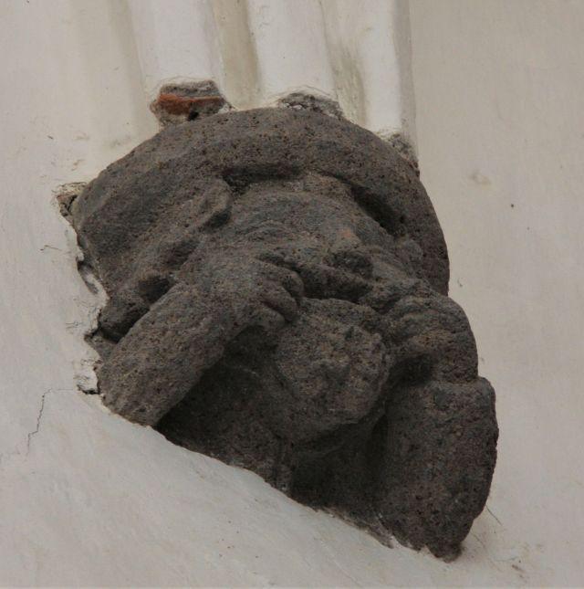 Grimassen schneidende Konsolenfigur in der Wehrkirche von Dersch / Darjiu