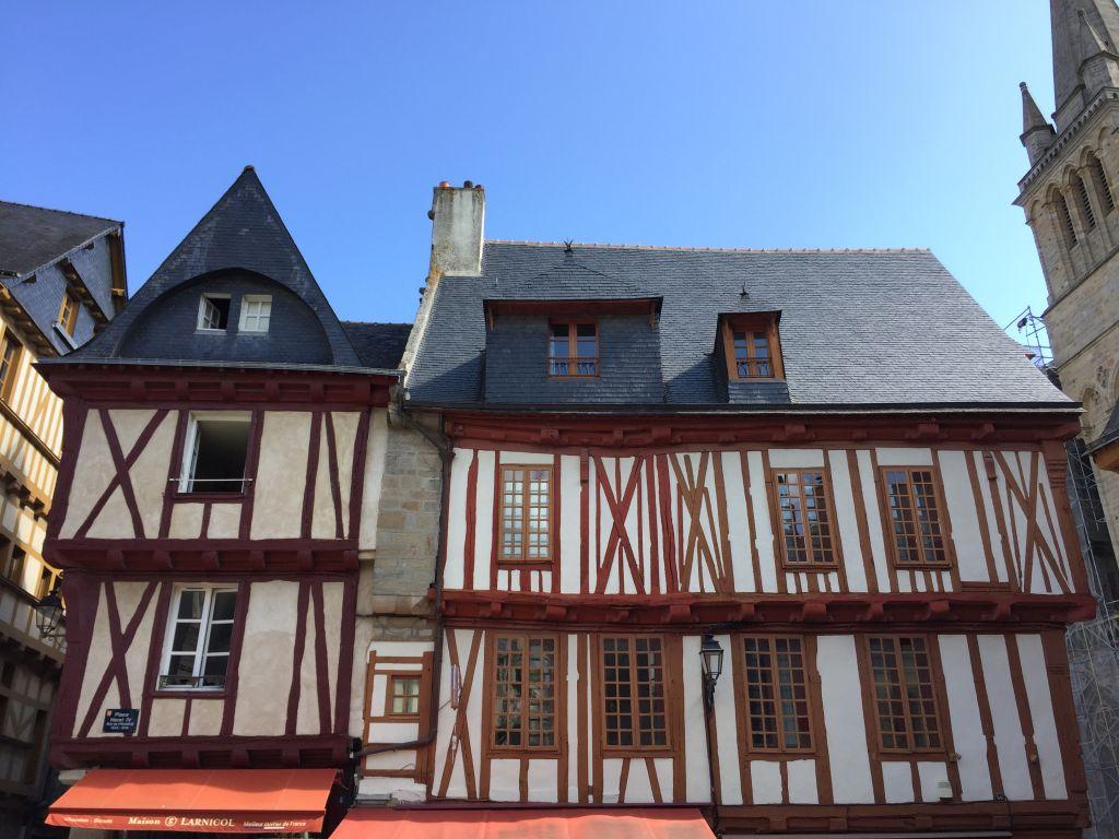 Fachwerkhaeuser am Place Henri IV in Vannes