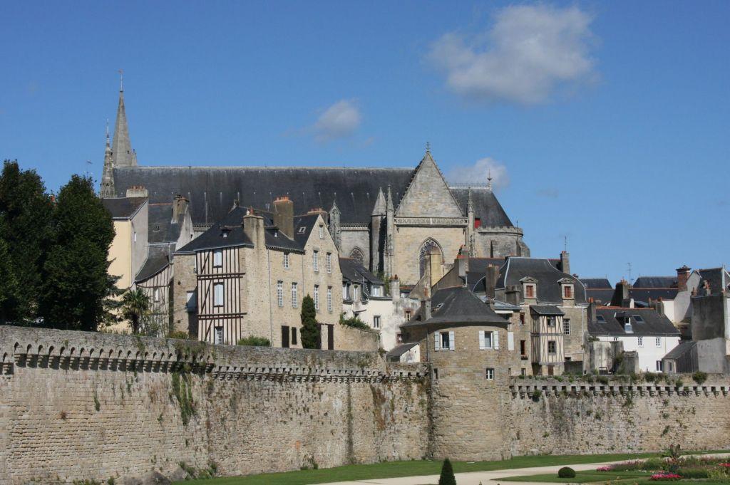 Stadtbefestigung mit Blick auf die Kathedrale von Vannes