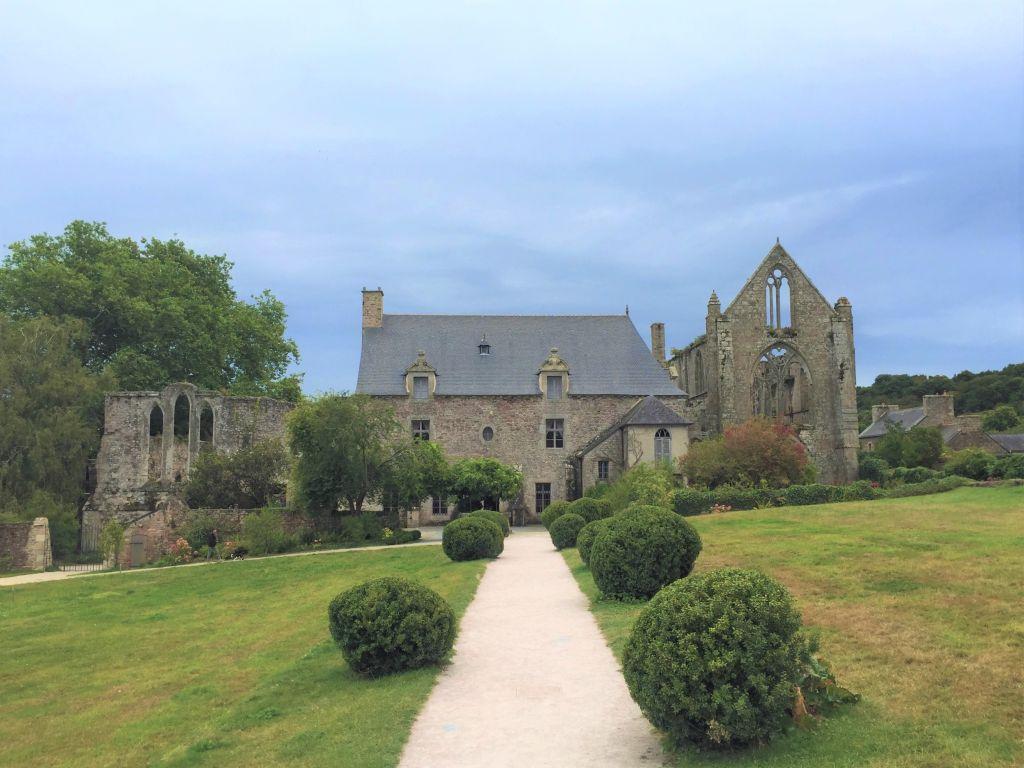Blick auf die Westfassade und die Ruinen der Abteikirche von Beauport, Bretagne