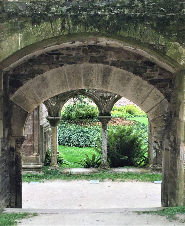 Blick aus der Klosterkirche auf den Kreuzgang der Abbaye de Beauport