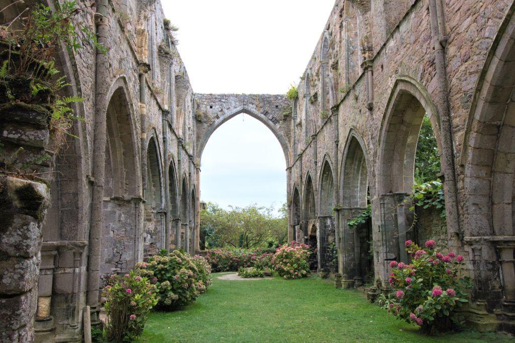 Ruine des Mittelschiffs der Abteikirche von Beauport in der Bretagne