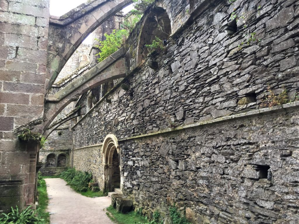 nördliches Seitenschiff der Abteikirche von Beauport in der Bretagne
