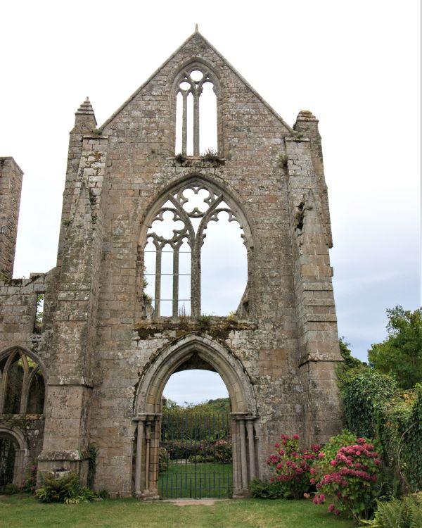 Ruine der Westfassade der Abteikirche von Beauport in der Bretagne