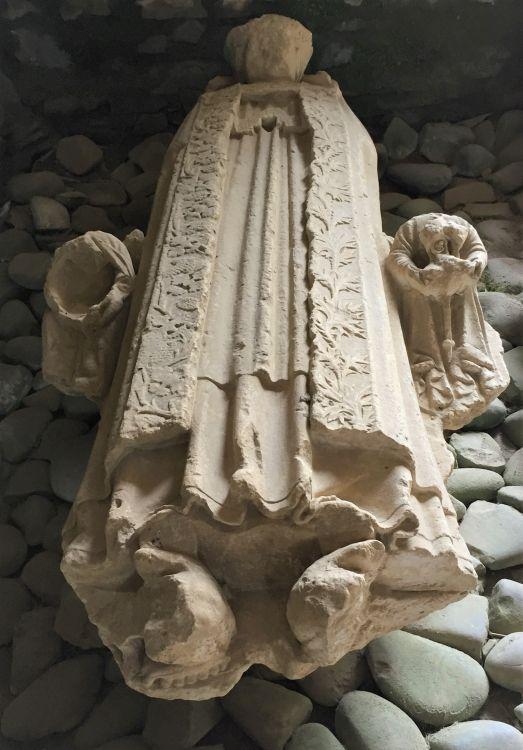 Grabstein des Abtes Pierre Huet II. im Kapitelsaal der Abtei von Beauport in der Bretagne