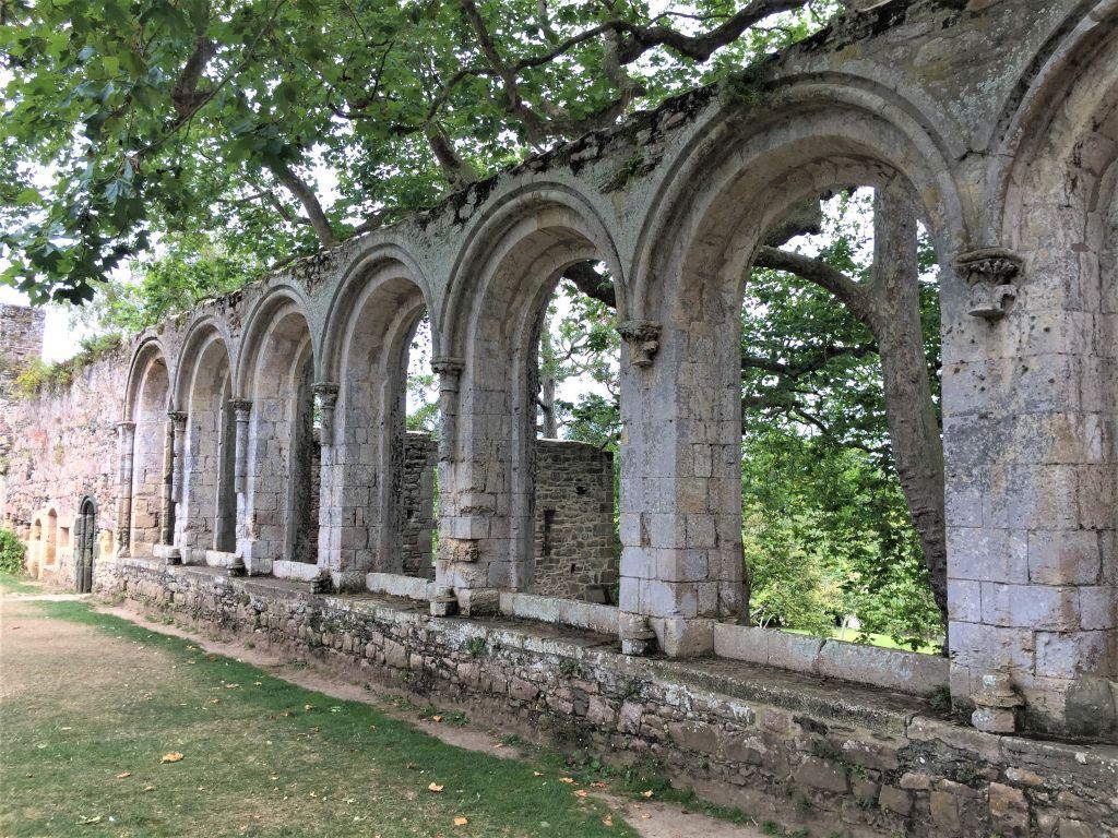 Bogenfenster des Refektoriums der Abtei von Beauport in der Bretagne