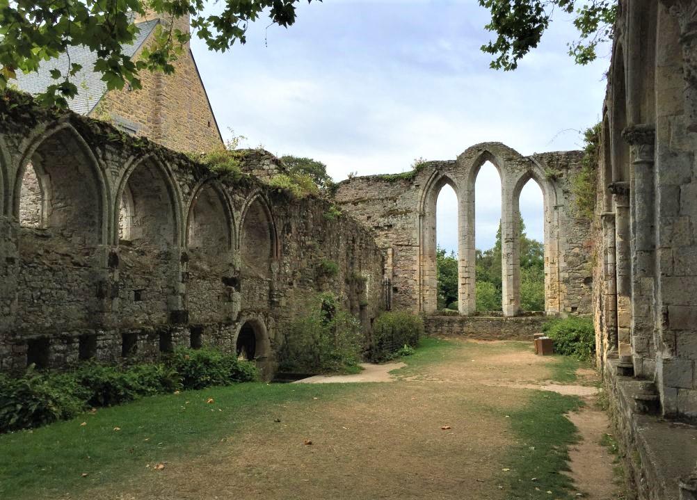 Ruine des Speisesaals der Abteikirche von Beauport in der Bretagne