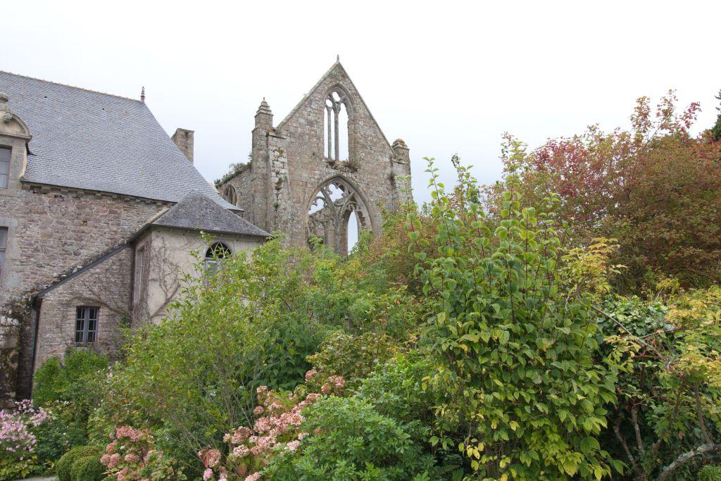 Ruine der Abteikirche Beauport in der Bretagne
