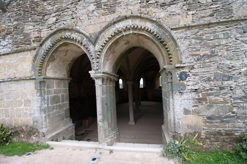 Gotischer Zwillingsbogen-Eingang zum Kapitelsaal der Abtei von Beauport in der Bretagne