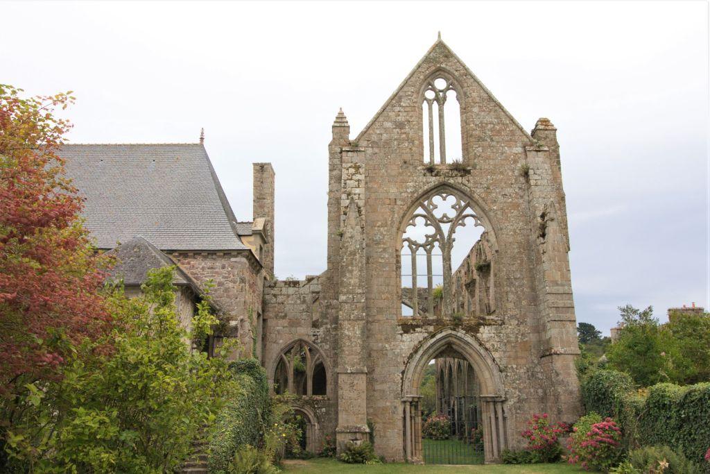 Ruine Westfassade der Abteikirche von Beauport, Bretagne