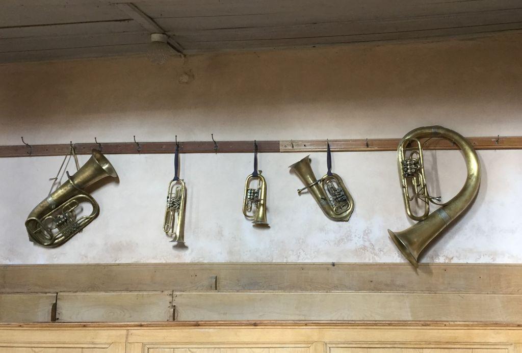 alte Blasinstrumente der Siebenbuerger Sachsen in der Wehrkirche in Kleinschenk / Cincsor