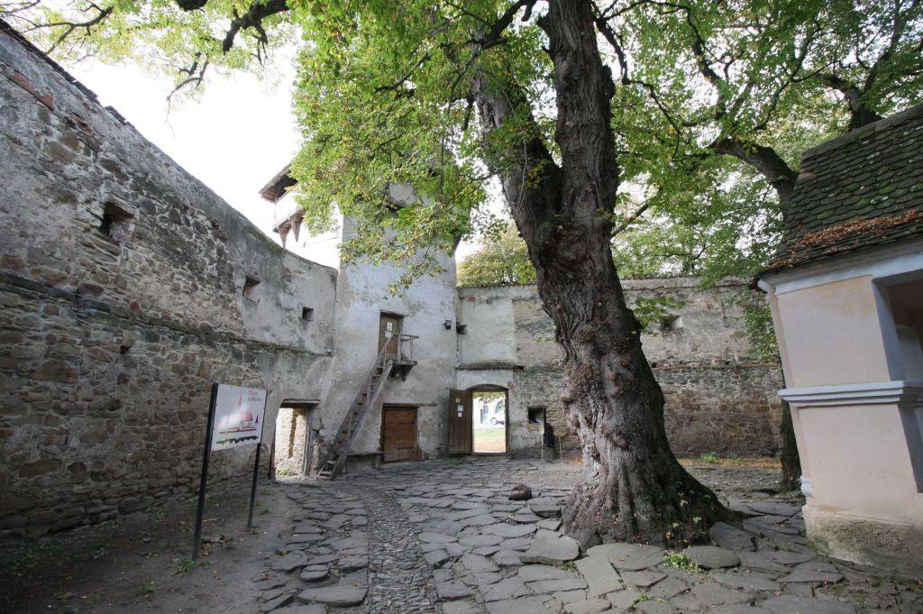Burghof der Kirchenburg von Kleinschenk / Cincsor, Siebenbuergen
