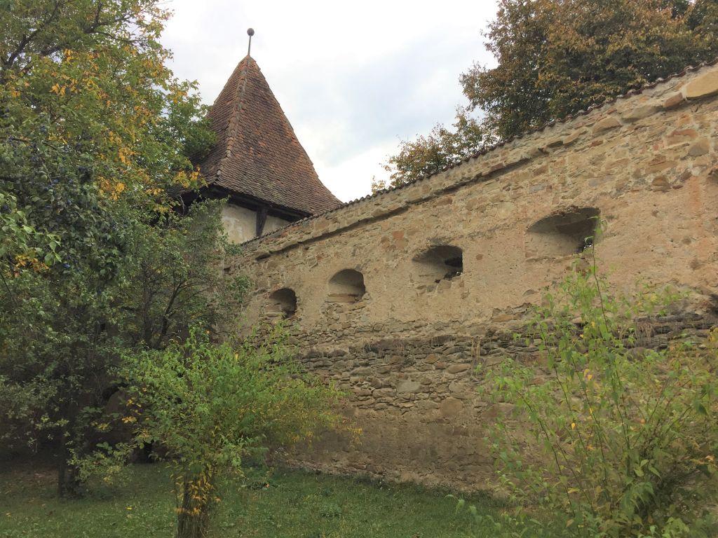 Mauerring mit Schiessscharten der Kirchenburg in Kleinschenk / Cincsor, Siebenbuergen