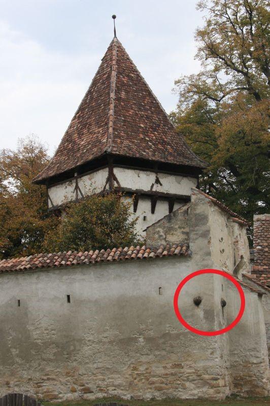 zwei taeuschend echte Kanonenkugeln in der suedlichen Ringmauer der Kirchenburg von Kleinschenk, Siebenbuergen