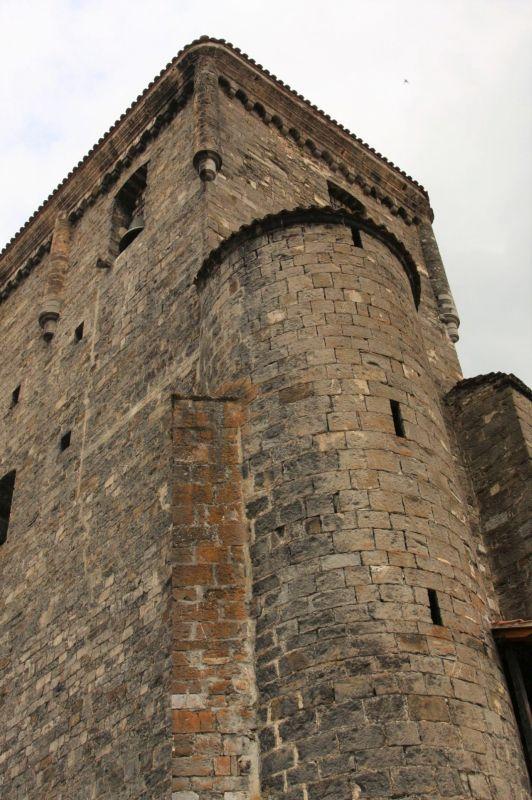 Turm der Wehrkirche in Isaba, Navarra