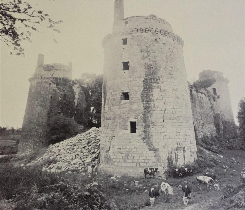Alte schwarz-weiss-Aufnahme der Burg Hunaudaye