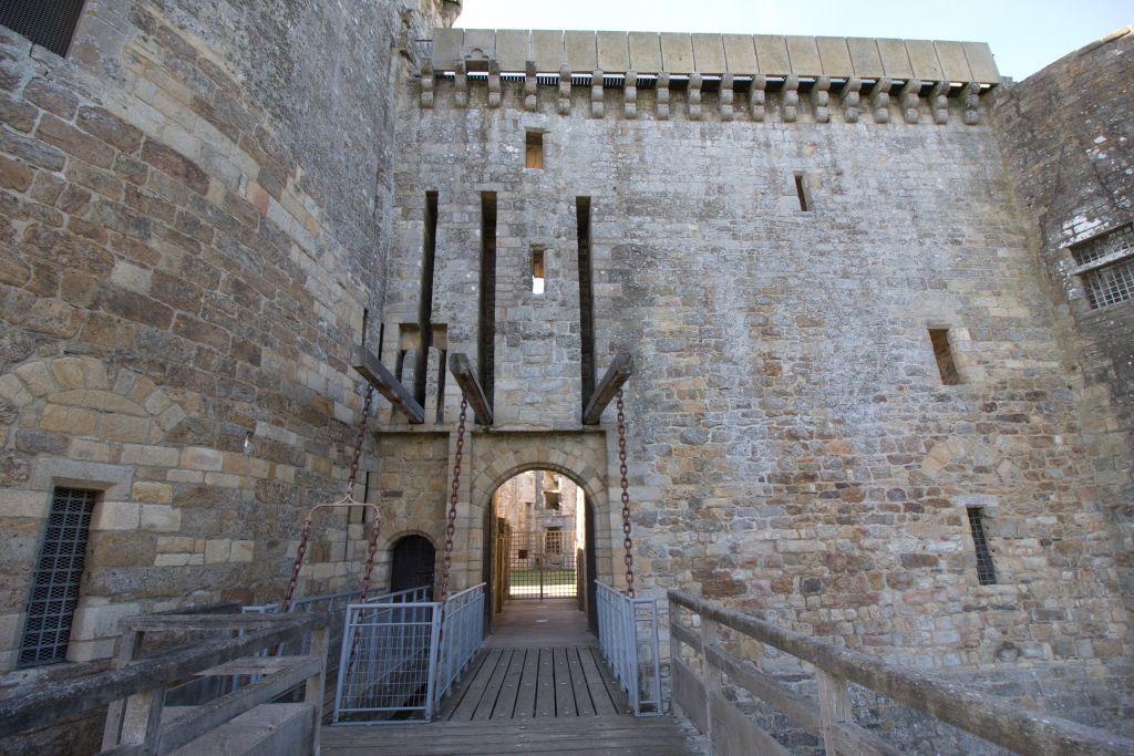 Eingang mit Zugbruecke zum Chateau de la Hunaudaye an der Cotes d'Armor in der Bretagne
