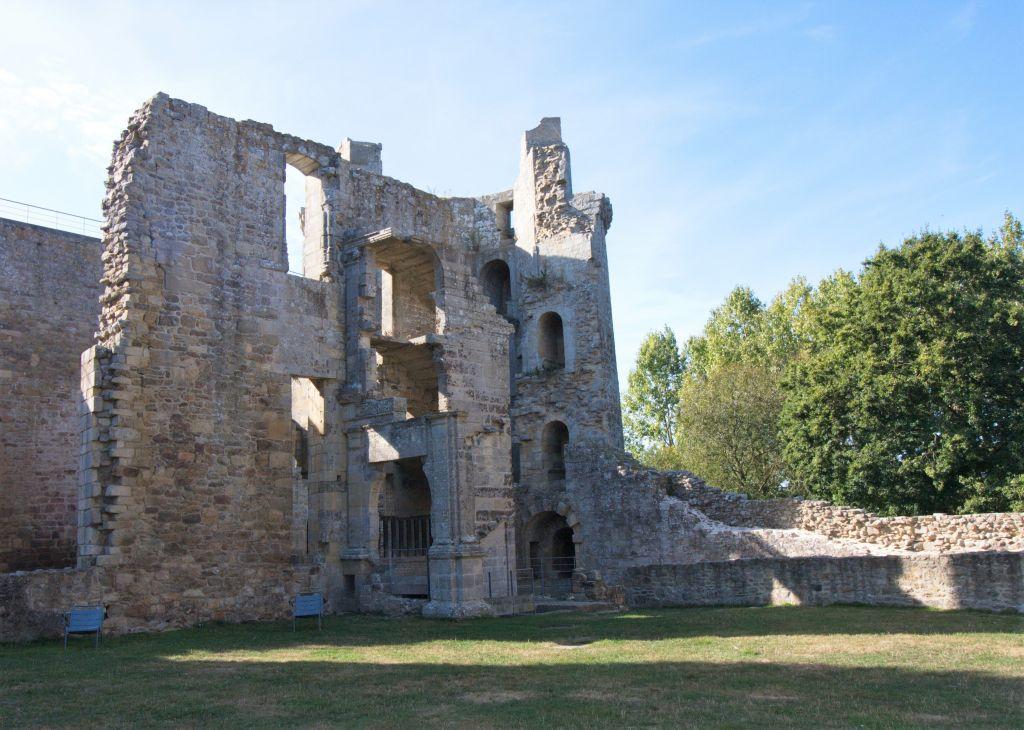 Eisturm und Renaissance-Treppe der Burg Hunaudaye in der Bretagne