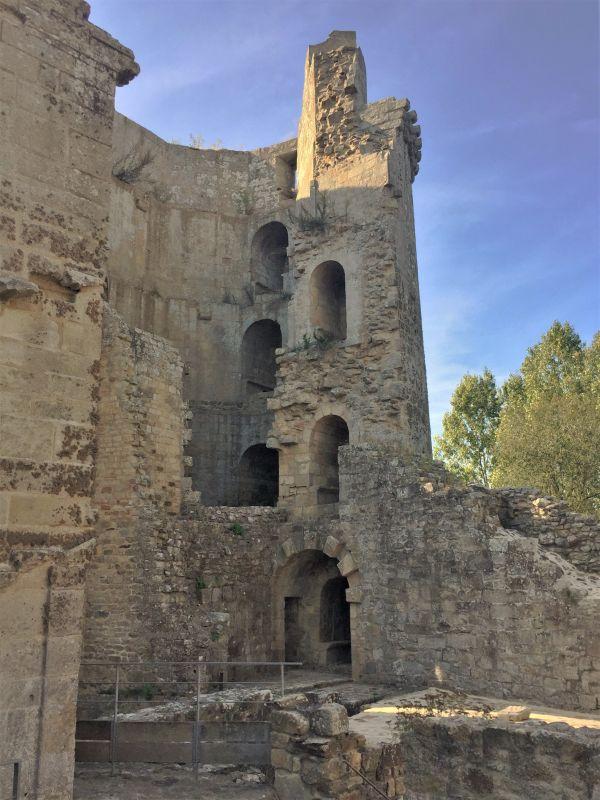 Ruine des Eisturms der Burg Hunaudaye in der Bretagne