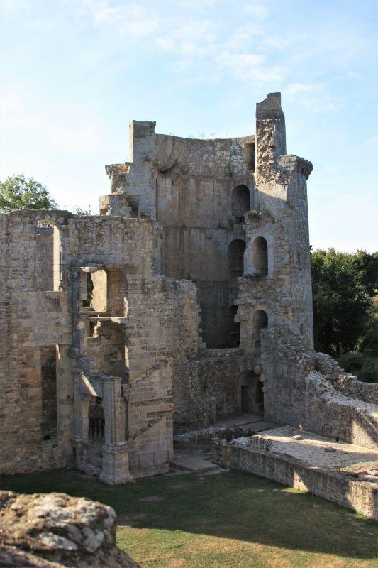 Ueberreste eines Wehrturms der Burg Hunaudaye im Departement Cotes d'Armor