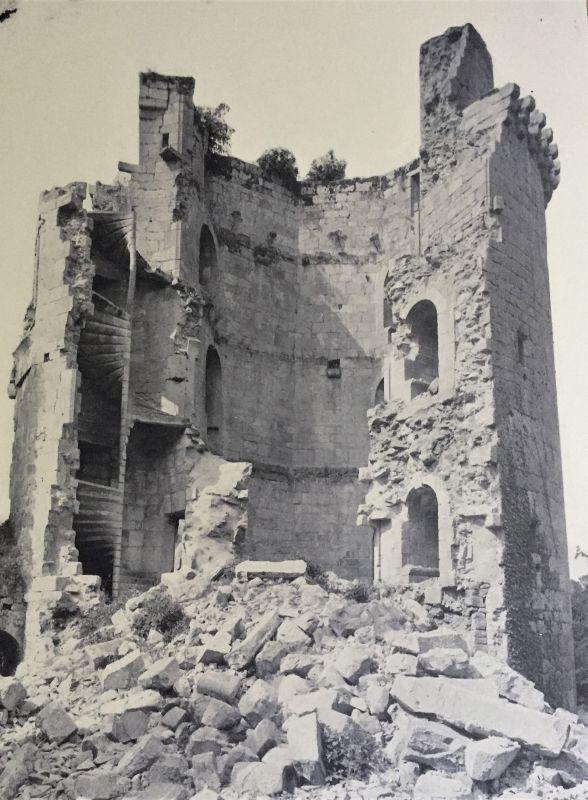 Alte schwarz-weiss-Aufnahme der Burgruine Hunaudaye