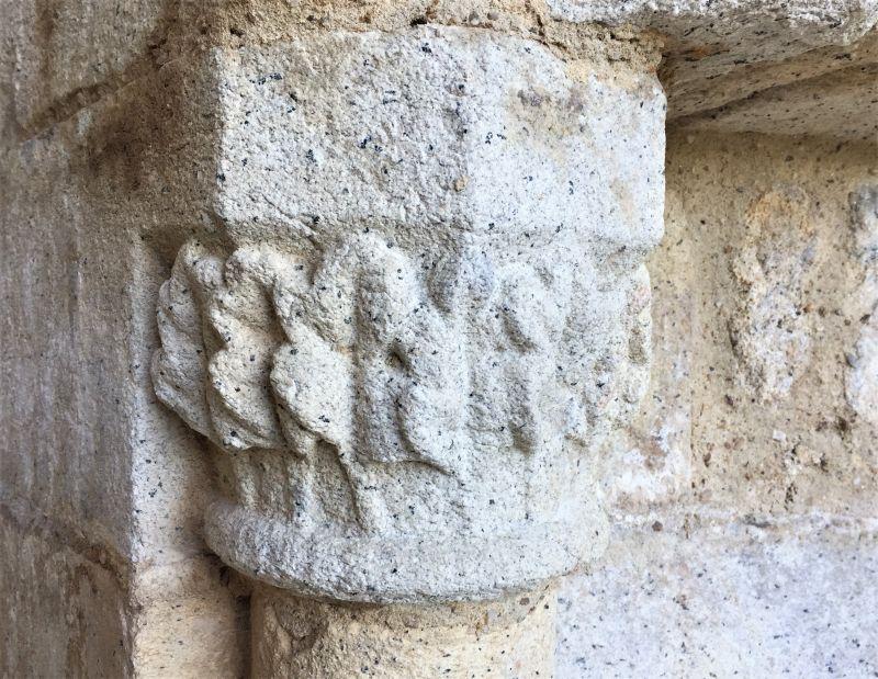 Kapitell an der Renaissance-Treppe des Chateau de la Hunaudaye in der Bretagne