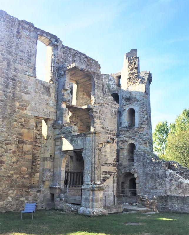 Renaissance-Treppe und Eisturm des Chateau de la Hunaudaye