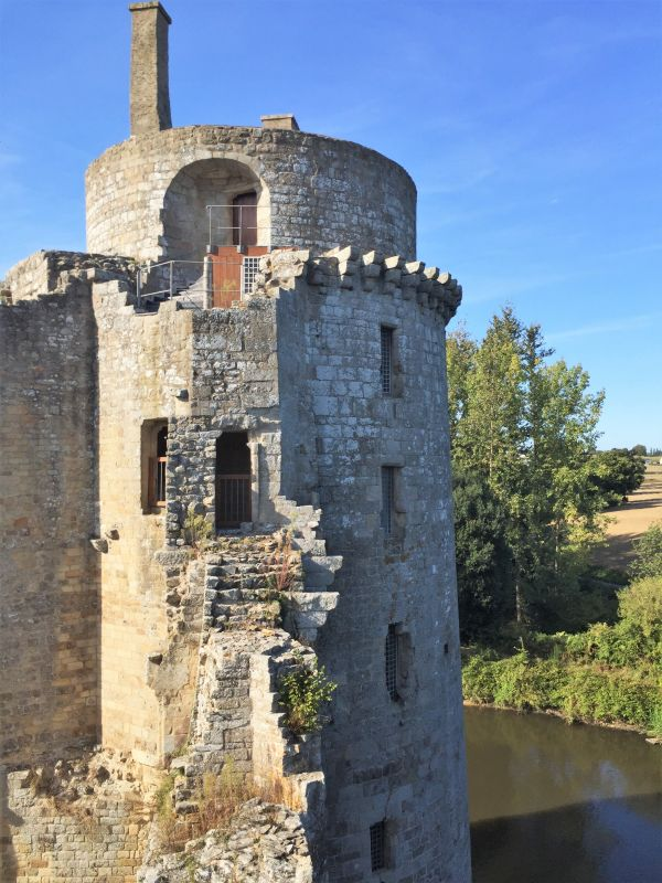 Nahaufnahme des Wohnturms der Burg Hunaudaye in der Bretagne