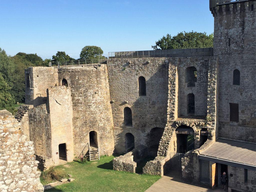 Suedseite des Chateau de la Hunaudaye in der Bretagne vom Innenhof aus gesehen