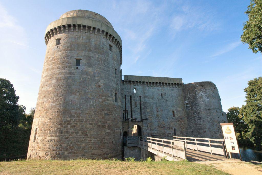 Militaerturm und Eingangsbereich mit ehemaliger Zugbruecke des Chateau de la Hunaudaye in der Bretagne