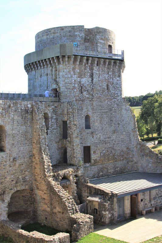 Militärturm des Chateau de la Hunaudaye in der Bretagne