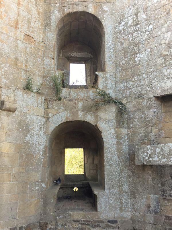 Aussparungen für kleine Kanonen in der Festungsmauer des Chateau de la Hunaudaye