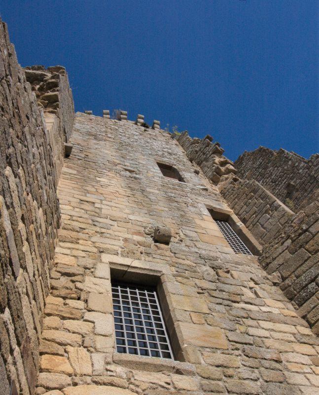 Detailaufnahme eines Festungsturms der Burg Hunaudaye in der Bretagne