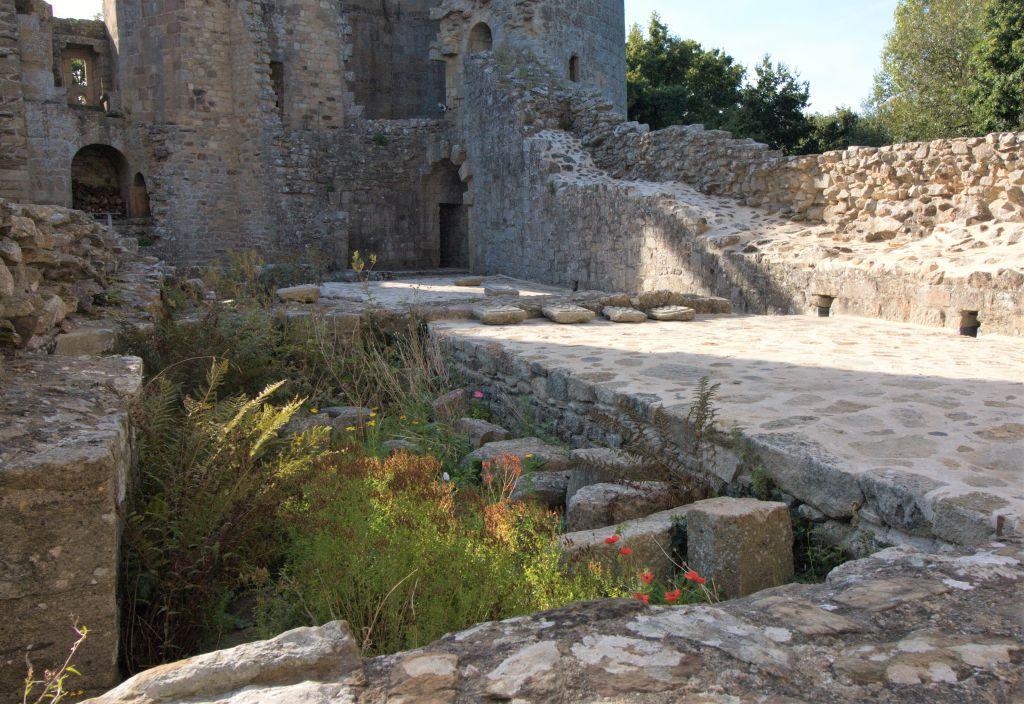Ueberreste der noerdlichen Festungsmauer des Chateau de la  Hunaudaye
