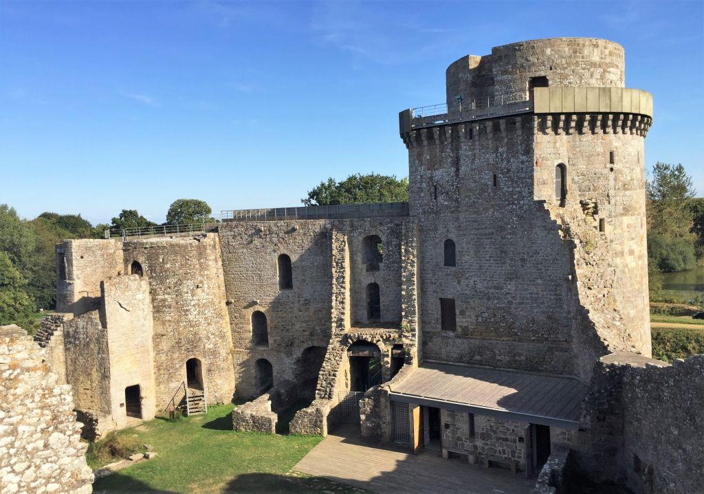 Tour militaire und Tour de la Chapelle Detailaufnahme eines Festungsturms des Chateau de la Hunaudaye