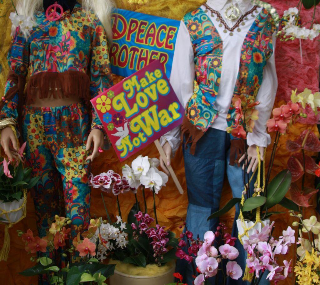 Orchideen und 70er Jahre Klamotten