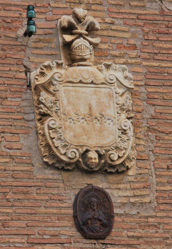 Wappen an einer Hausfassade in Obanos
