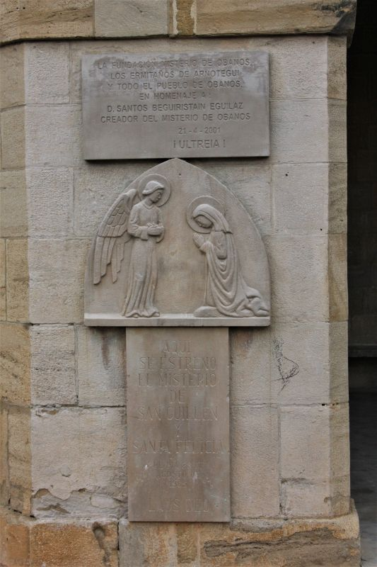 Gedenktafel zur Legende des Heiligen Guillen und der Heiligen Felicie undzum Mysterienspiel in Obanos
