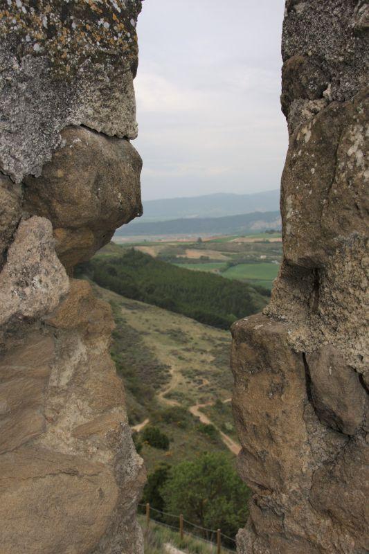 Blick von den Zinnen der Kapelle Arnotegui auf die gruene Landschaft Navarras