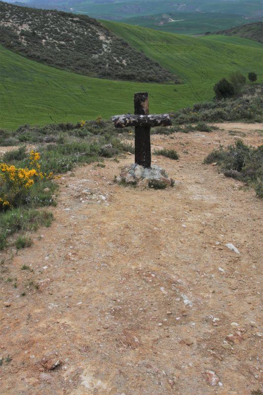 einfaches Holzkreuz in luftiger Hoehe bei der Kapelle Arnotegui