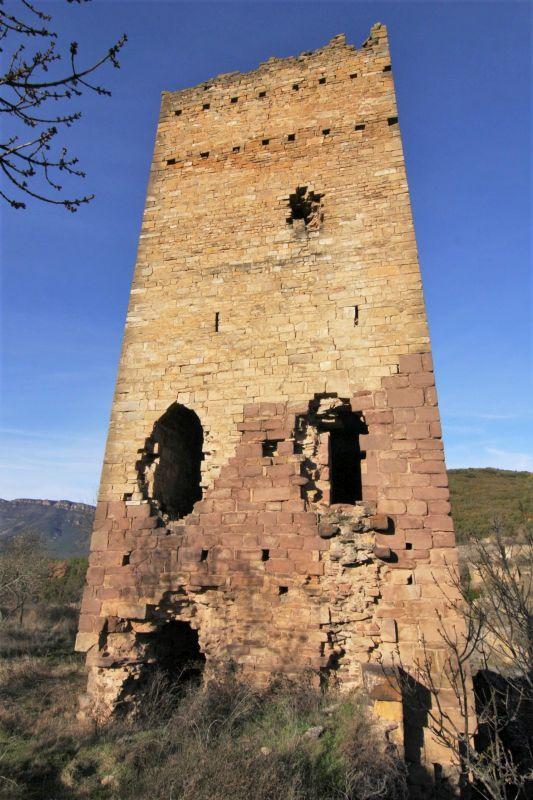 Ruine des Bergfrieds von Ruesta aus dem 11. Jahrhundert; in Aragon, im Norden Spaniens, am Jakobsweg