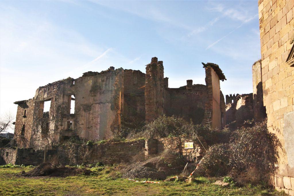 Ruinen von Wohnhaeusern in Ruesta in Aragon; ein verlassenes Dorf am Jakobsweg im Norden Spaniens