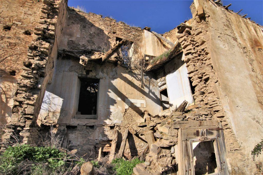 zusammengefallenes Haus im verlassenen Dorf Ruesta in Aragonien.