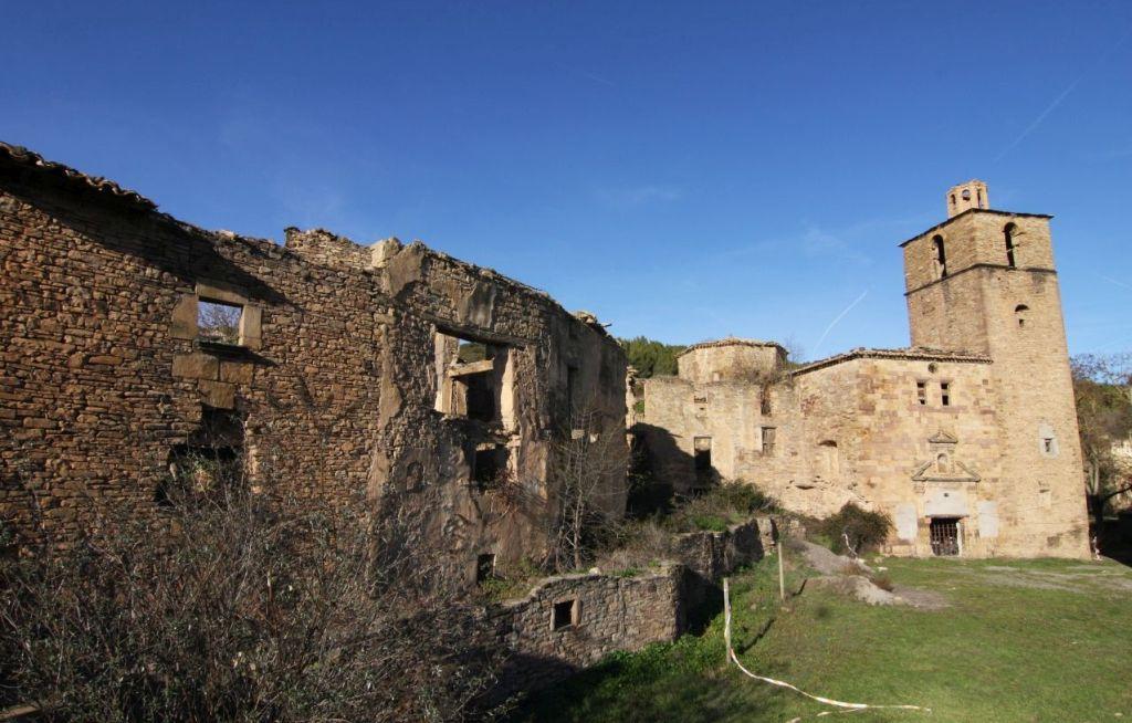 nsicht der verlassenen Kirche und der in Ruinen liegenden Gebaeude in Ruesta