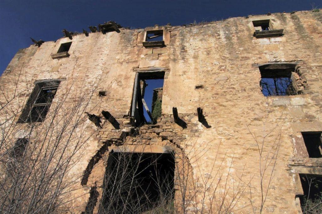 Frontansicht eines zusammengefallenen Hauses im verlassenen Dorf Ruesta in Aragonien.