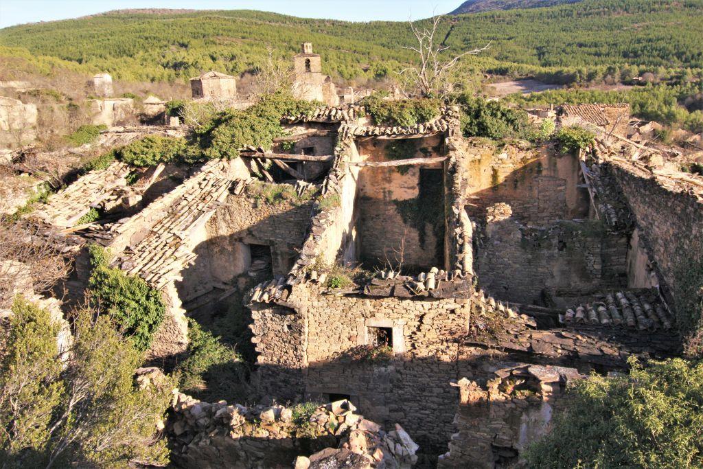 Ansicht der Ruinen von Ruesta in Aragonien; ein verlassenes Dorf am Jakobsweg im Norden Spaniens.