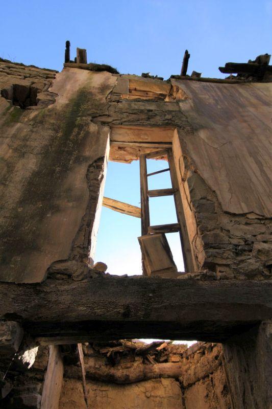 Frontansicht eines zusammengefallenen Hauses im verlassenen Dorf Ruesta.