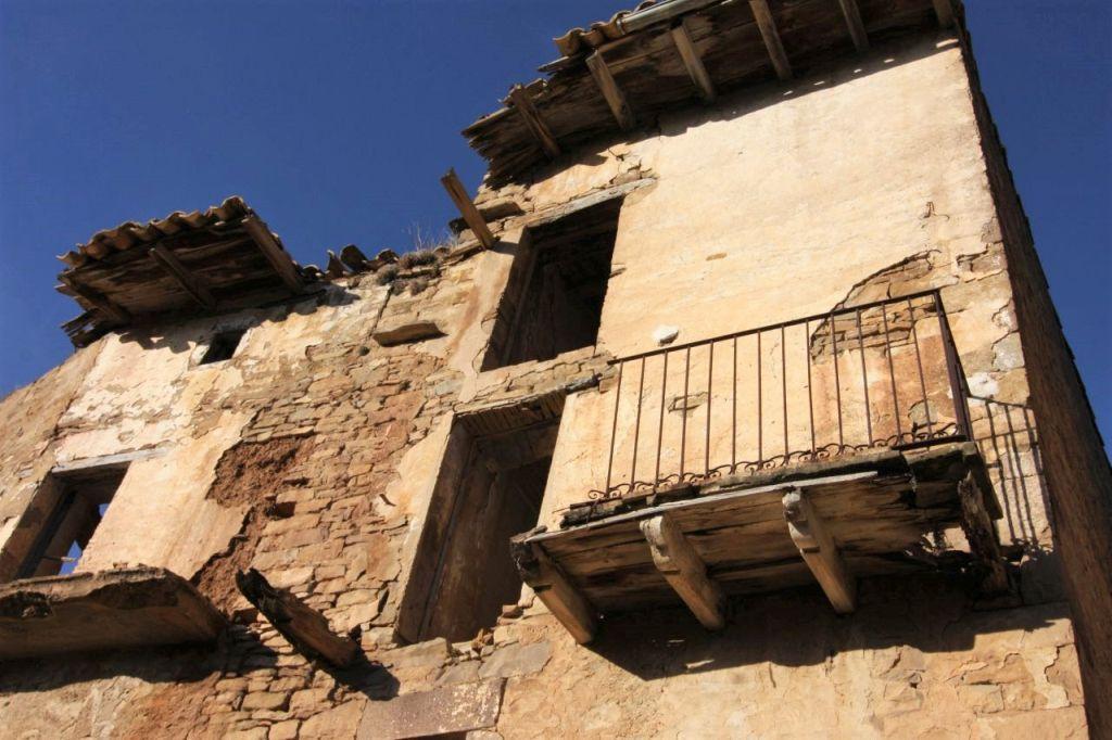 Frontansicht eines dem Verfall preisgegebenen Hauses ohne Dach und Fenster im verlassenen Dorf Ruesta