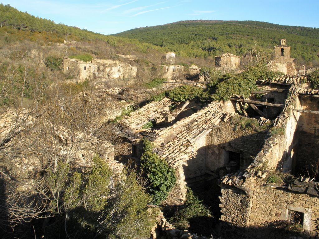 Ansicht der Ruinen von Ruesta in Aragon; ein verlassenes Dorf am Jakobsweg im Norden Spaniens.